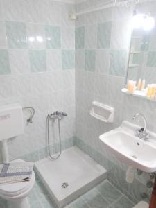 A bathroom at Kamakaris Rooms