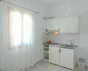 A kitchen or kitchenette at Kamakaris Rooms