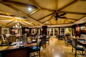 A restaurant or other place to eat at The Shores Resort & Spa