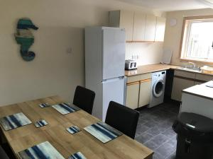 A kitchen or kitchenette at Heb Holiday, Self Catering Accommodation, Isle of Benbecula