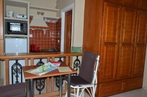 A kitchen or kitchenette at Vanessa Studios