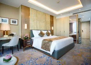 A bed or beds in a room at Vinpearl Luxury Landmark 81
