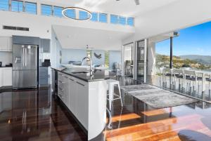 A kitchen or kitchenette at Horizons - Airlie Beach