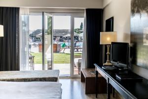 Una televisión o centro de entretenimiento en Vincci Resort Costa Golf