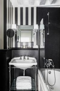 A bathroom at Hotel Verneuil Saint Germain