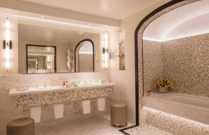 A bathroom at Four Seasons Hotel London at Ten Trinity Square