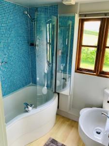A bathroom at Beautiful Cottage With Stunning Views in Box