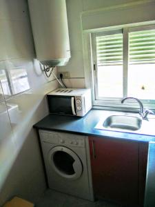 A kitchen or kitchenette at Climatizado, sencillo y con WIFI