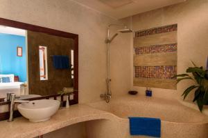 A bathroom at Indigo House Hotel