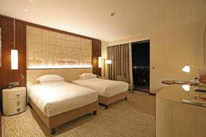 سرير أو أسرّة في غرفة في هيلتون باتومي
