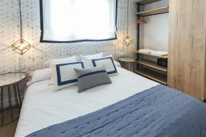 A bed or beds in a room at The Lucky Flats - Poeta Quintana