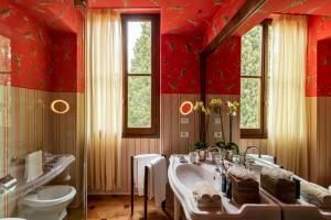 A bathroom at Il Salviatino