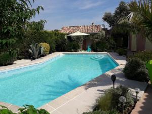 The swimming pool at or near Les Cyprès Florentins