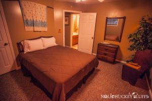 A bed or beds in a room at Nolichuckey Bluffs Bed & Breakfast Cabins