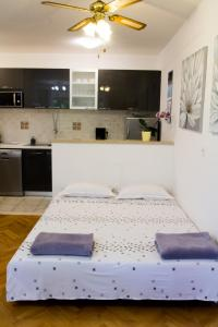 A bed or beds in a room at Villa Silvija