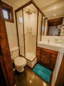 A bathroom at Chili Kiwi Lakefront Backpackers