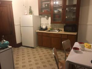 A kitchen or kitchenette at Cozy Homestay at University Circle