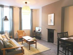 A seating area at Homely Serviced Apartments - Figtree