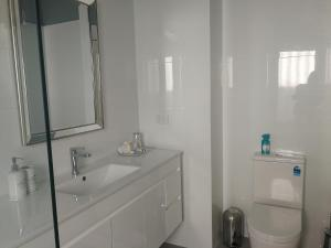 A bathroom at Durham Lodge Bed & Breakfast