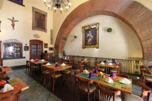 A restaurant or other place to eat at Hotel CasAntica