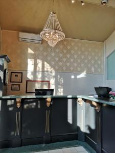 A kitchen or kitchenette at Hotellerie Jardins de Ville