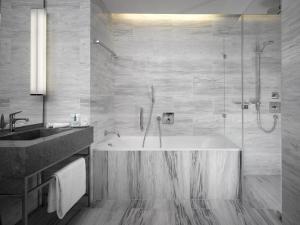 Ein Badezimmer in der Unterkunft The Emblem Hotel