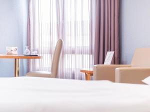 Ein Bett oder Betten in einem Zimmer der Unterkunft Golden Tulip Bielefeld City