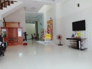 A television and/or entertainment center at Lasse & Thao Homestay 4 BR house