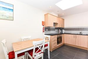A kitchen or kitchenette at Exclusive Use - 1 Bedroom Apartment - Willow Court, 19 Double Street, Spalding, PE11 2AA