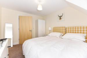 A bed or beds in a room at Exclusive Use - 1 Bedroom Apartment - Willow Court, 19 Double Street, Spalding, PE11 2AA