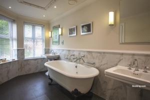 A bathroom at Rookery Hall Hotel & Spa