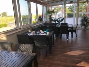 Ein Restaurant oder anderes Speiselokal in der Unterkunft Landhaus Mecklenburg