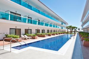 The swimming pool at or near Hotel Best Costa Ballena