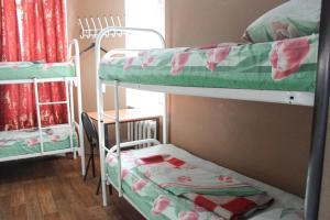 Двухъярусная кровать или двухъярусные кровати в номере HotelHot Krasnoselskaya