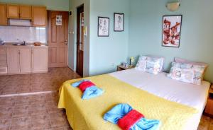 A bed or beds in a room at Guest House Maria