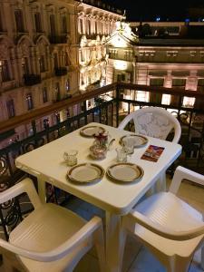 Um restaurante ou outro lugar para comer em Fountain Square-Balconies in Old Town