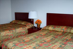 A bed or beds in a room at Town and Mountain Hotel