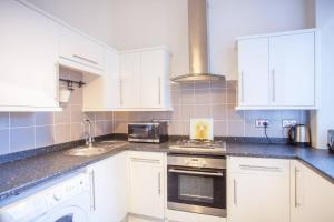 A kitchen or kitchenette at Bright, airy flat in the heart of Partick/West end