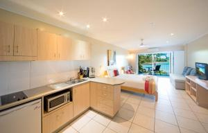 A kitchen or kitchenette at Baybliss Apartments Studio 1