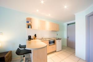 A kitchen or kitchenette at Baybliss Apartments Studio 2