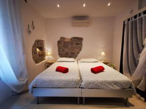 A bed or beds in a room at Romantic studio apartment