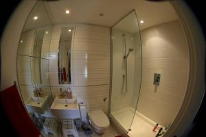 A bathroom at Luxurious comfortable flat near Hydro & town