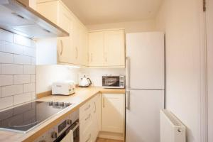A kitchen or kitchenette at Stylish + Modern tenement flat close to City Centre