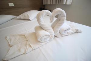 A bed or beds in a room at Hotel da Praça