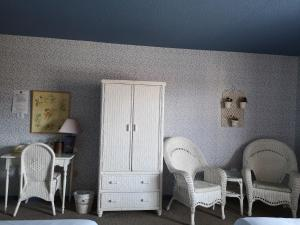 A seating area at Hotellerie Jardins de Ville