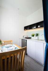 A kitchen or kitchenette at HAPPYHOMES 102 Luxury Bui Vien Apartment