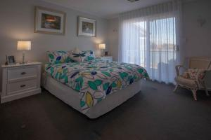 A bed or beds in a room at 64 Marina Way, Mannum