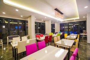 A restaurant or other place to eat at Seren Sari Hotel