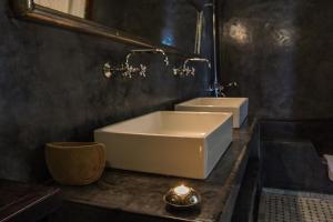 A bathroom at Riad Laaroussa