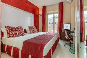 A bed or beds in a room at La Griffe Roma - MGallery Collection